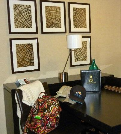 Embassy Suites by Hilton LAX North: Modern decor in the living room