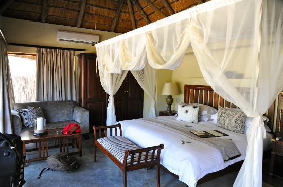 le tr s grand lit picture of imbali safari lodge. Black Bedroom Furniture Sets. Home Design Ideas