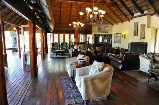 Imbali Safari Lodge: Le salon, confortable et chaleureux