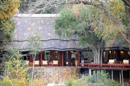Imbali Safari Lodge: Le lodge vu de l'autre côté de la rivière...