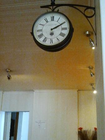 Hotel Le Chambellan : L'orologio nell'ingresso