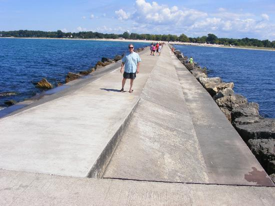 Stearns Park : The half-mile pier to the North Breakwater Lighthouse.