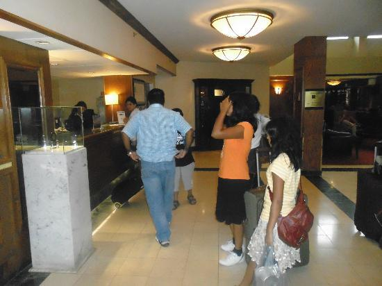 Holiday Inn Toronto International Airport: Reception - Check in Area