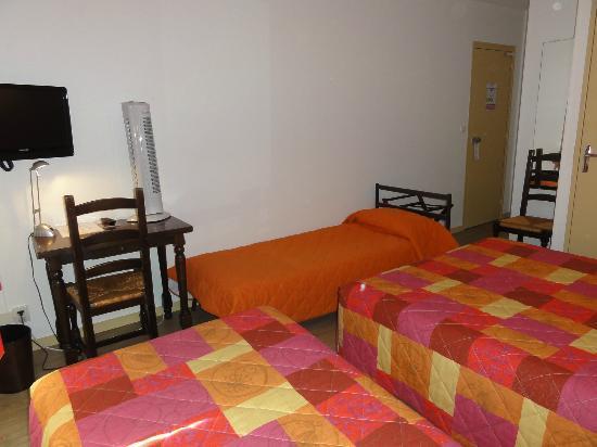 Hotel Le Boischaut : Chambre familiale avec un lit d'appoint bain