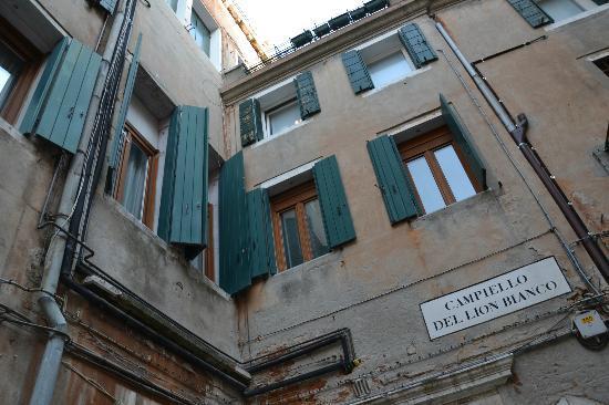 Ca' Giorgio: Les chambres du B&B sont au 2è étage, volets fermés