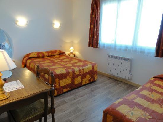 Hotel Le Boischaut : chambre triple bain & toilettes séparés côté cour