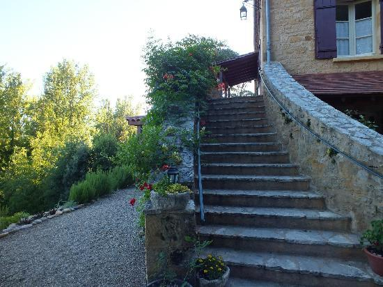 Le Petit Versailles: Stairs leading to the guest rooms