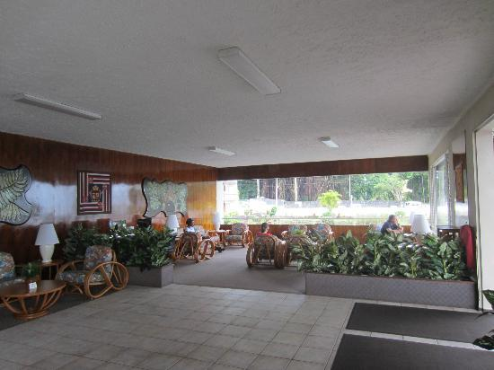 Hilo Seaside Hotel: Lobby looking towards fish pond