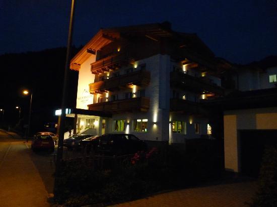 Hotel Vier Jahreszeiten: Hotel bei Nacht