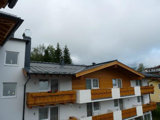 Hotel Vier Jahreszeiten: Hotel Hinteransicht vom Balkon