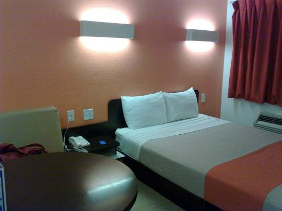 Motel 6 Laredo South: Nice details, good taste... small room, maybe too small.