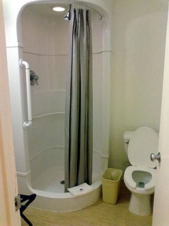 Motel 6 Laredo South: Nice bath tube.