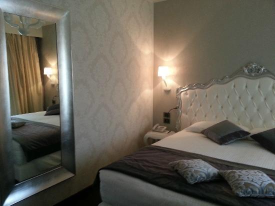 Carnival Palace Hotel: Room + Big Mirror