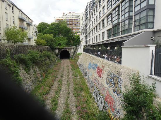 Mama Shelter Paris: vista lateral del hotel