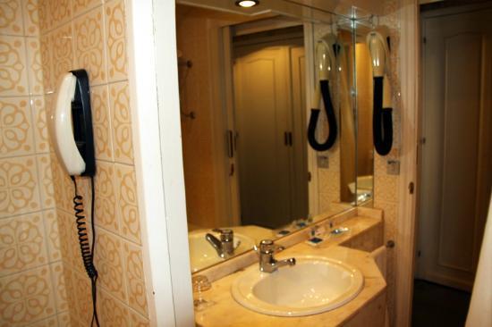 Hotel Palacio de Valderrabanos: Baño grande y completo