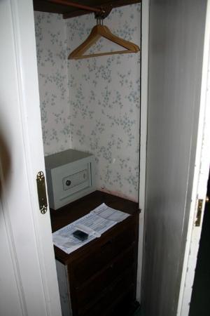 Hotel Palacio de Valderrabanos: Armario con caja fuerte