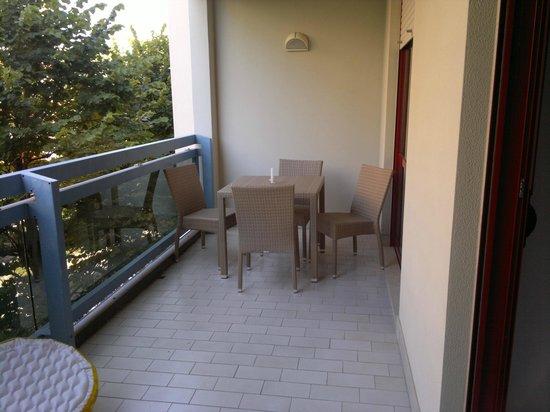Aparthotel Imperial:                                     Terrazzo con tavolo 4 posti