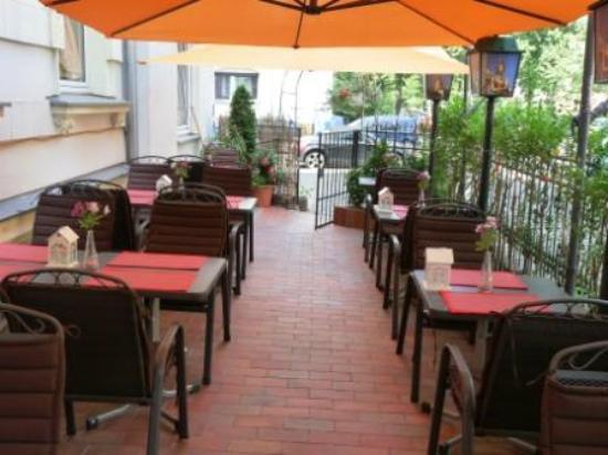 Tonsai Thai-Restaurant: Vorgarten Gesamtansicht