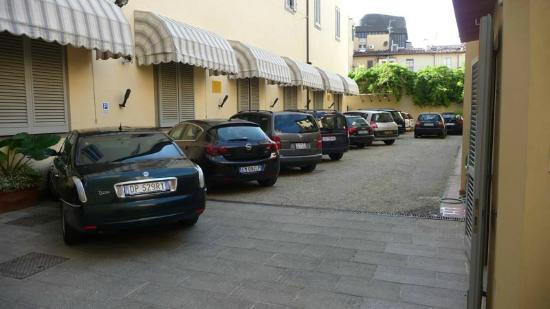 Residence La Contessina: The parking outside the hotel