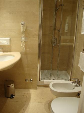White Hotel: Baño, pequeño pero suficiente