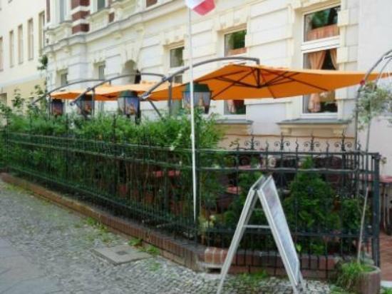 Tonsai Thai-Restaurant: Vorgarten Ansicht vom Eingang her