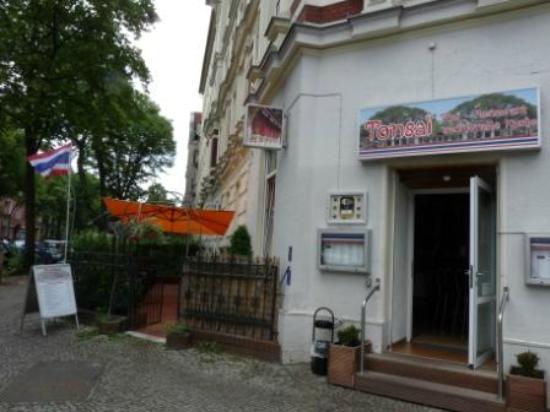 Tonsai Thai-Restaurant: Restauranteingang Und Vorgarten
