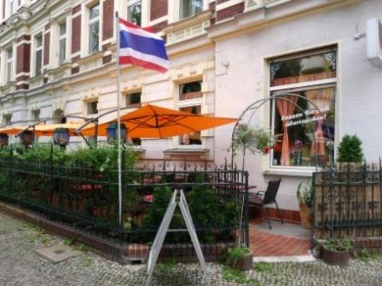 Tonsai Thai-Restaurant: Vorgarten Zugang