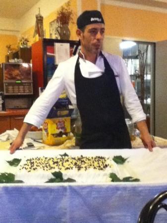 Hotel Eugenio: Lo chef Francesco con la sua buonissima torta