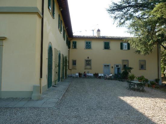 Agriturismo Montereggi: Une petite partie de la cours avec entree prive a l´apart!