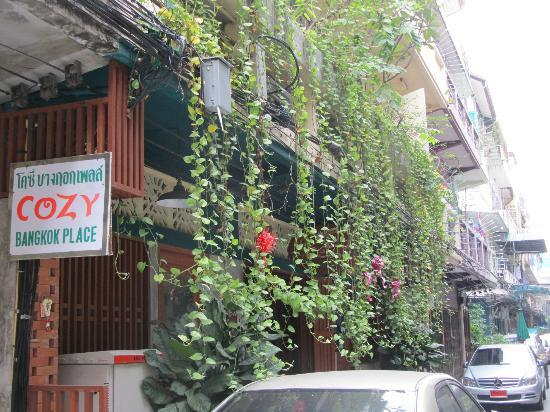 Cozy Bangkok Place Hostel: street view