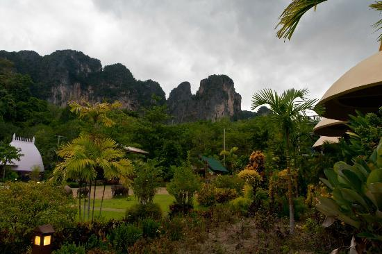Arawan Krabi Beach Resort: Cliffs near the hotel
