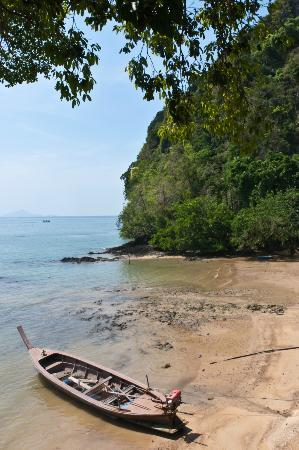 Arawan Krabi Beach Resort: Hotel Mini Beach (not worth tanning at)