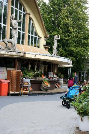 Rotterdam Zoo: one of the foodcorners