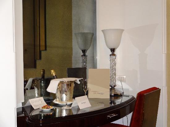 Hotel Lord Byron: bureau avec cadeau de bienvenue