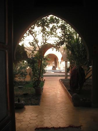 Guest House Merzouga: Les salons et les jardins, au fond : la piscine