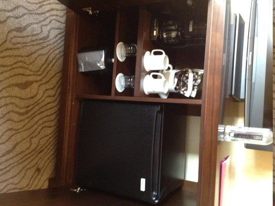 Paramount Hotel: Console with fridge and coffee maker