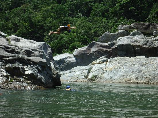 Las Cascadas Lodge: River jumping