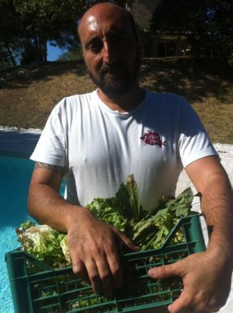 Agriturismo La Corte del Lupo: Massimiliano con le verdure appena colte dall orto
