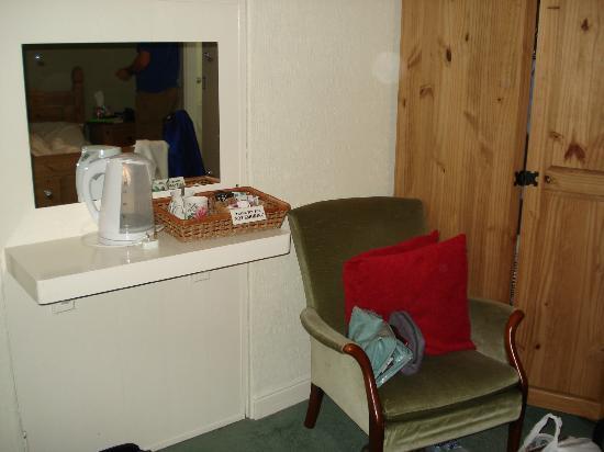 Gyllyngvase House Hotel : No socket near the kettle