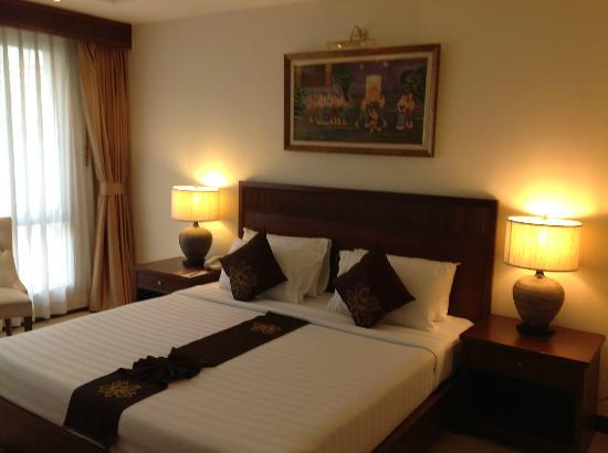 De Arni Bangkok: Firm king sized bed with lots of pillows on request