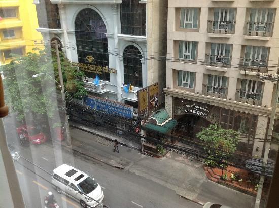 De Arni Bangkok: Busy Suriwongse Road viewed from the room