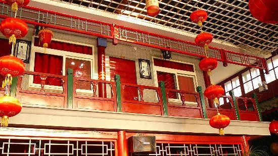 Red Lantern House: Notre chambre vue de la salle à manger