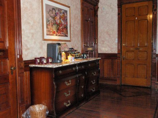 Reynolds Mansion Bed and Breakfast: Trophy room