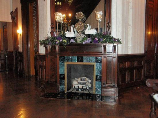 Reynolds Mansion Bed and Breakfast: fireplace