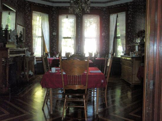 Reynolds Mansion Bed and Breakfast: dining