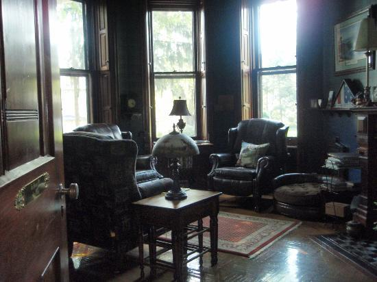 Reynolds Mansion Bed and Breakfast: study