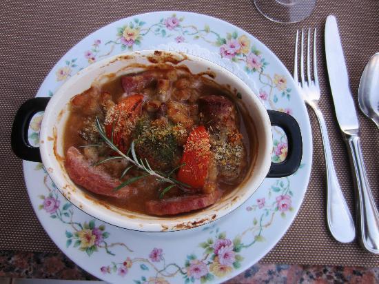 Le Troubadour: A nice cassoulet is served.