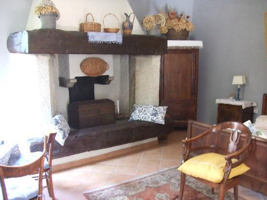 B&B Tempi Lontani: cheminée dans la chambre du RDC