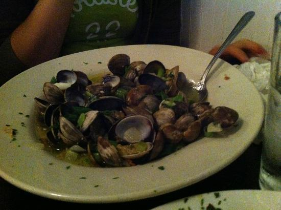 Castaways Seafood Grille: Steamer clams...delicious!