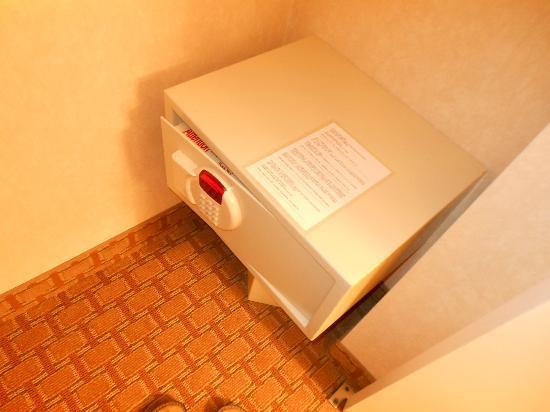 Comfort Suites Barstow: Closet Safe